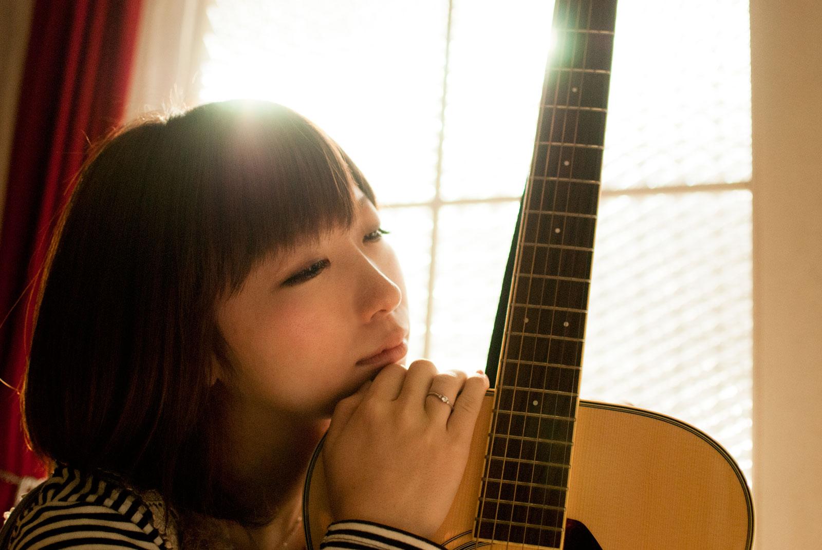 女性とギター